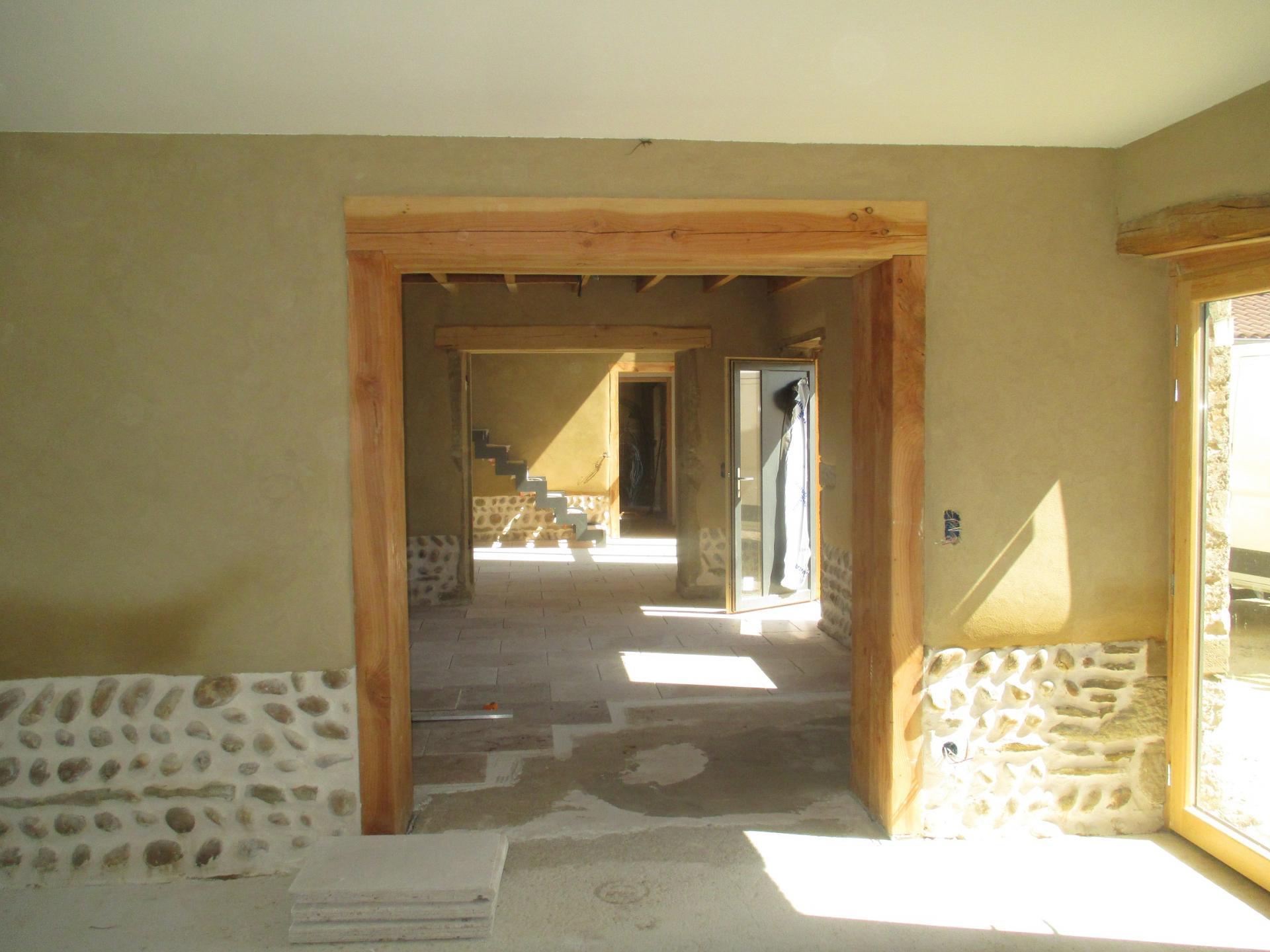 Ouverture dans un mur en pisé avec cadre en bois